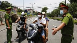 Căng mình giữa nắng nóng hơn 40 độ C để kiểm soát dịch Covid-19 tại Hà Nội