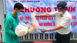 Thứ trưởng Bộ NNPTNT trao tận tay gạo, trứng, thịt gà cho công nhân lao động ở Thủ Đức