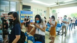 Hà Nội: Người dân xếp hàng dài trước trụ sở Ủy ban xin xác nhận giấy đi đường