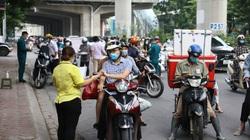 Ra đường ở Hà Nội phải có lịch trực, lịch công tác: Ùn ứ, lấy đâu ra chỗ đứng để cách 2m!