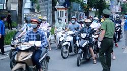 Video: Ùn ứ nhẹ trong ngày đầu Hà Nội yêu cầu siết chặt việc cấp và sử dụng Giấy đi đường theo mẫu mới