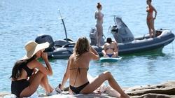 Australia: Bikini lại tràn xuống bãi biển trước thềm dỡ bỏ phong tỏa theo lộ trình
