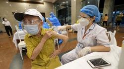 Hà Nội: Xuyên đêm tiêm vaccine cho hàng trăm người trên 65 tuổi