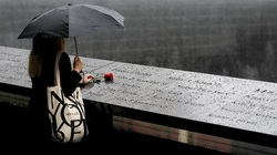 Những hình ảnh xúc động về người dân Mỹ đội mưa tưởng niệm 20 năm vụ khủng bố 11/9