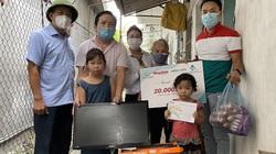 Bạn đọc Báo Dân Việt trao tặng sổ tiết kiệm cho bà cháu phải sống nhờ mớ rau, cân gạo hàng xóm