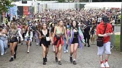 Anh: 80.000 fan dự dễ hội âm nhạc Parklife với các màn trình diễn thời trang sexy quyến rũ