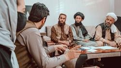 Kinh hoàng Taliban khôi phục hình phạt ném đá, chặt tay