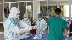 Clip: Cận cảnh Quy trình mặc trang phục bảo hộ của các y bác sĩ trước khi vào khu vực khám chữa bệnh