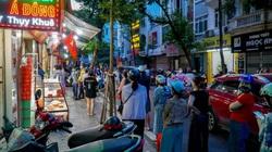 Hà Nội: Giao thông ùn ứ do người dân xếp hàng dài mua bánh trung thu