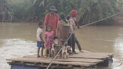 Gia Lai: Cầu bị lũ cuốn trôi, người dân liều mình đứng trên bè tạm, kéo dây qua dòng nước xiết