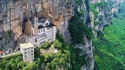 Ý: Khách du lịch choáng với nhà thờ nằm lơ lửng giữa vách núi cao gần 800m