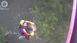 Australia: Thót tim cảnh trực thăng giải cứu cô gái chèo thuyền bị rơi xuống sông đang chảy xiết