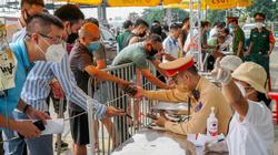 Cửa ngõ Hà Nội: Nhiều người mắc kẹt ở quê 2 tháng do giãn cách, hồ hởi quay về nhà