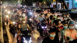 Hà Nội: Dòng người cuồn cuộn đổ ra đường đi chơi Trung thu