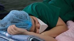"""Phút nghỉ ngơi """"vội vã"""" của các bác sĩ Bệnh viện Bạch Mai trong tâm dịch TP.HCM"""