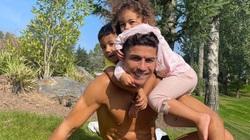"""Ronaldo cởi trần bên bạn gái, bị các con """"đè đầu cưỡi cổ"""""""
