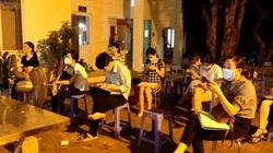 Video: Gần nửa đêm, trụ sở công an phường vẫn đông người chờ xin cấp giấy đi đường theo mẫu mới