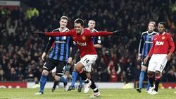 Hạ Stoke 2-0, M.U bằng điểm Man City