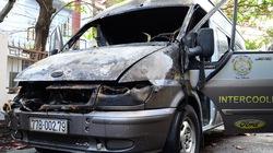 Xe Ford 16 chỗ đang đậu bỗng bùng cháy dữ dội