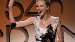 """Taylor Swift phấn khích ôm """"kèn vàng"""" Grammy"""