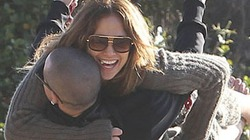 Jennifer Lopez chơi xích đu với bồ trẻ trên biển vắng