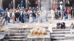Đến Nepal, đi bên... xác người cháy