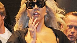 """Lady Gaga """"phơi"""" vòng 1 trên đường phố"""