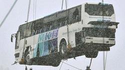 Giải cứu xe buýt sau 1 năm bị.... tung lên nóc nhà