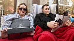 Ngủ vật vã trên đường phố chờ mua iPad mới