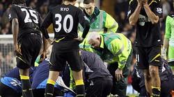 Tiền vệ Bolton đột quỵ giữa sân vẫn nguy kịch
