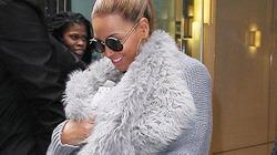 Né paparazzi, Beyonce bọc con kín mít