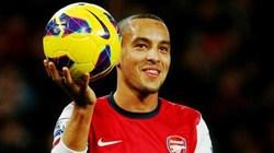 Theo Walcott quyết định ở lại Arsenal