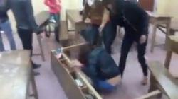 Clip: Bị đánh hội đồng giữa lớp, nữ sinh ôm đầu chịu đòn