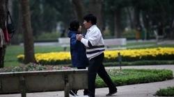 """Mặc rét, người cao tuổi """"đổ"""" vào công viên nhảy nhót"""