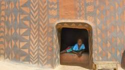 Kỳ lạ cả làng xây nhà giống mộ