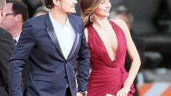 Váy quá gợi cảm, Miranda Kerr vất vả che chắn