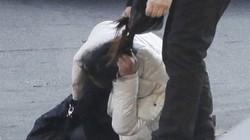 Một phụ nữ bị đánh đấm túi bụi, kéo lê trên phố