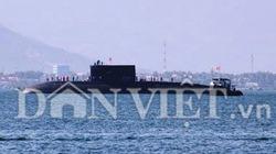 Tàu ngầm Kilo Hà Nội ngụp biển, hụ còi chào trên vịnh Cam Ranh