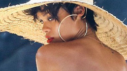 """Hậu trường buổi chụp ảnh """"nóng"""" của Rihanna"""