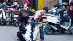 Hà Nội: Một phụ nữ bị đâm liên tiếp giữa phố