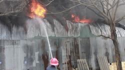 Cứu hỏa vật lộn với lửa, người dân bất chấp nguy hiểm... đứng xem