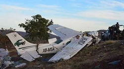 Bị sét đánh trúng, máy bay phơi xác trên bãi biển