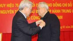 Nguyên Tổng bí thư Đỗ Mười nhận Huy hiệu 75 năm tuổi Đảng