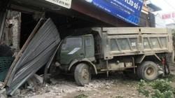 Xe tải đâm liên tiếp 5 nhà dân, 1 bà bầu bị thương
