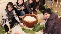 Sinh viên Việt tại Làng Nho khoe bánh chưng tự gói đón Tết