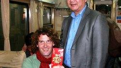 """Khách tây """"xin"""" chụp ảnh cùng Bộ trưởng Thăng vào đêm 30 Tết"""