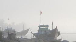 Sương mù dày đặc, ngư dân mặc áo mưa đi câu