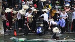 Tranh giành, chen nhau ở Tràng An-Bái Đính, 4 du khách rơi xuống suối