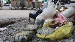 Chùm ảnh: Bánh chưng, giò chả, hoa đào... phủ kín bãi rác