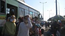 TP.HCM: Người dân chật vật đội nắng về thành phố